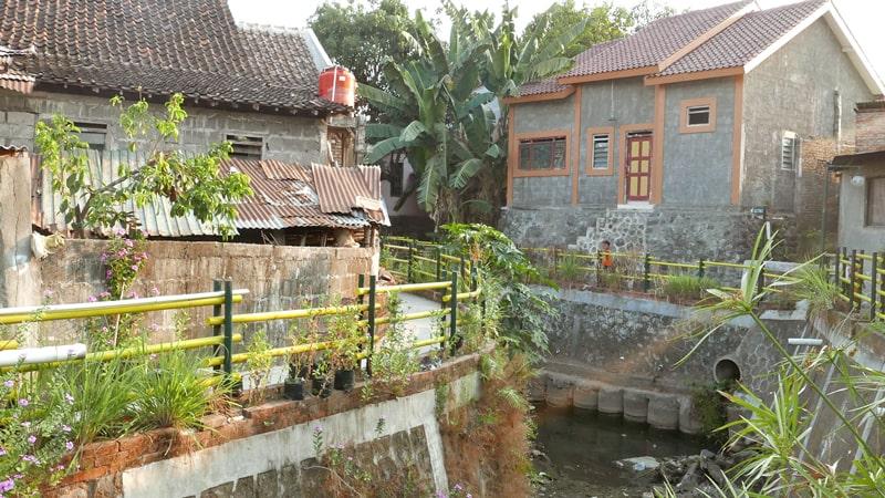 Sleman: houses along waterway